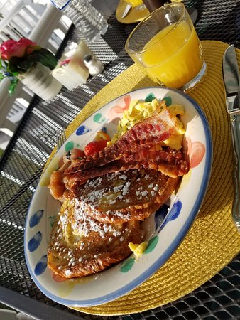 Stonewall Jackson Inn: Croissant french toast!! Yummy!