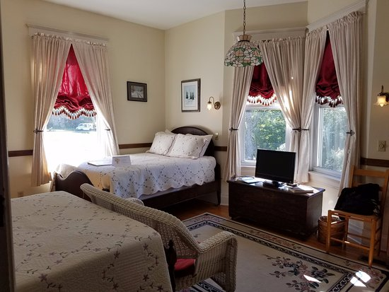 Stonewall Jackson Inn : One of the beautiful rooms.