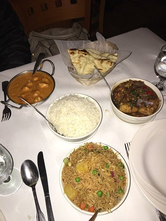 Hicksville, Nowy Jork: Pineapple veggie fried rice, chicken dish, goat curry dish and seafood dish. Dinner for 3.