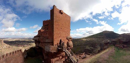Province of Teruel, Spain: Espectacular Castillo con fortaleza interior sobre peña que sorprende al visitante nada más entr