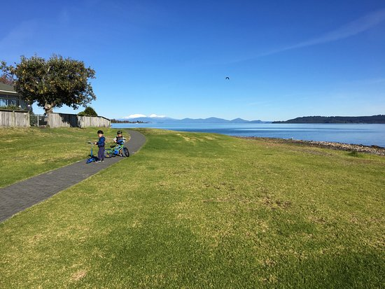 Boulevard Waters Motor Lodge: Walking track around lake taupo
