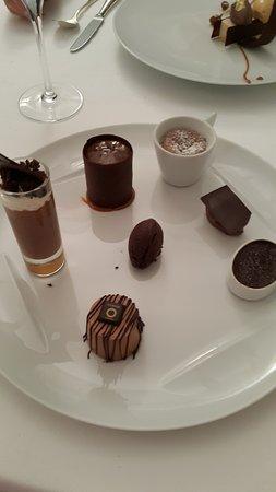 """Rouffiac-Tolosan, Франция: L'assiette dégustation composée de chocolats """"grands crus"""""""