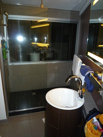 Movenpick hotel hamburg das gläserne badezimmer im zimmer