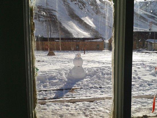 Puente del Inca, Argentina: Un muñeco de nieve junto a las vías, que hizo uno de los huéspedes