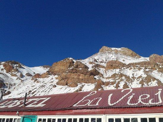 Puente del Inca, Argentina: La montaña asoma sobre el techo del hostel