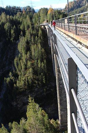 Ein Stahlweg führt neben den Gleisen über das Wiesen Viaduct