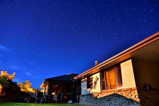 BigSky Bed & Breakfast: 部屋の外、敷地の中庭に一歩出たら雄大な星空を眺められます。