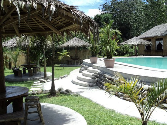 T'Boli, Filipinas: Swimming Pool and wide lawns at Sars Paradise, Base Camp Lake Holon