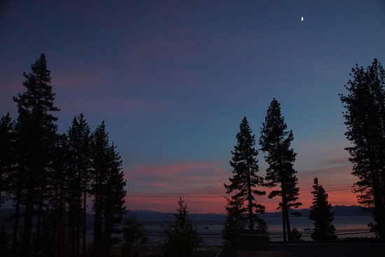 Tahoe Vista, Kalifornia: Sunset over Lake Tahoe from our balcony