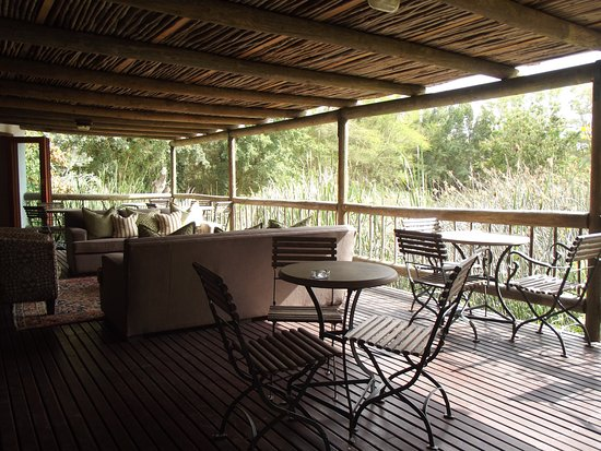 Addo, Sudáfrica: Dining area overlooking the pond