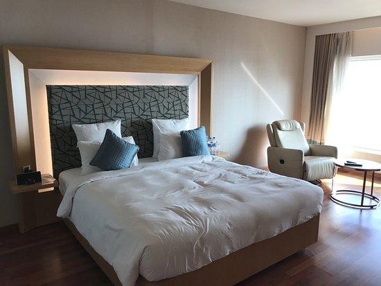 Novotel Visakhapatnam Varun Beach: Suite Bedroom