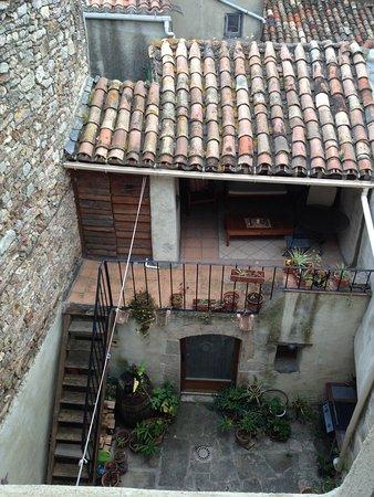 Caunes-Minervois, França: courtyard at the rear