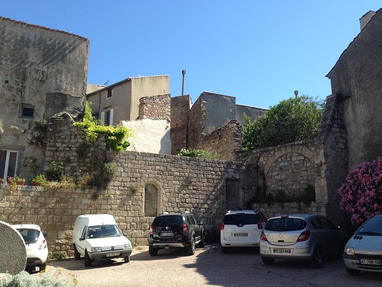 Caunes-Minervois, França: carpark nearby