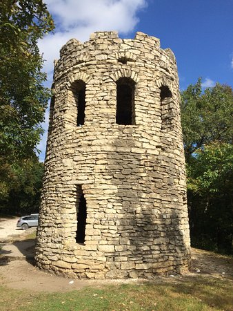 Winterset, IA: Memorial tower to the settlers of Madison County, Iowa