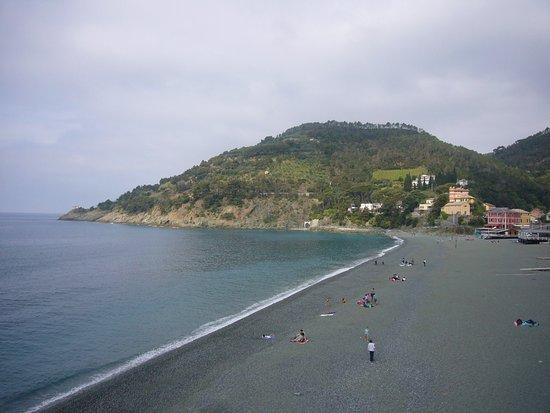 Bonassola, Italia: L'oratorio in fondo alla spiaggia