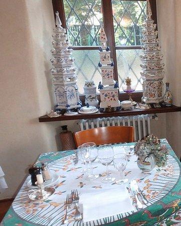 Carona, Switzerland: coin de salle à manger avec les tulipiers