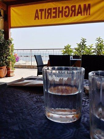 Pioppi, Italia: tavolo a due passi dalla spiaggia