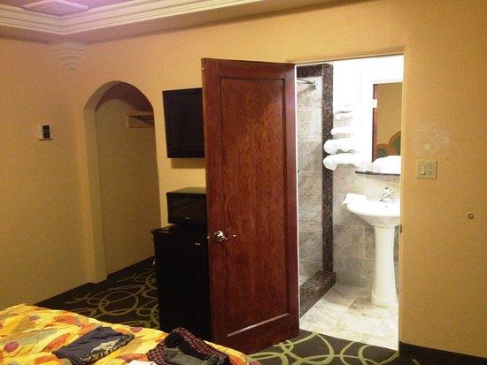 Los Banos, Californie : Spacious room with tiled bathroom. Closet to the left.