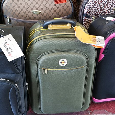Pinellas Park, Floryda: Very nice selection of NEW luggage.