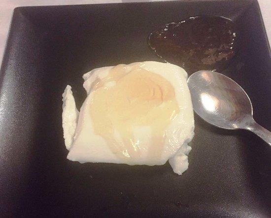 Requesón con miel - Restaurant Can Mascort (Quart-Girona)