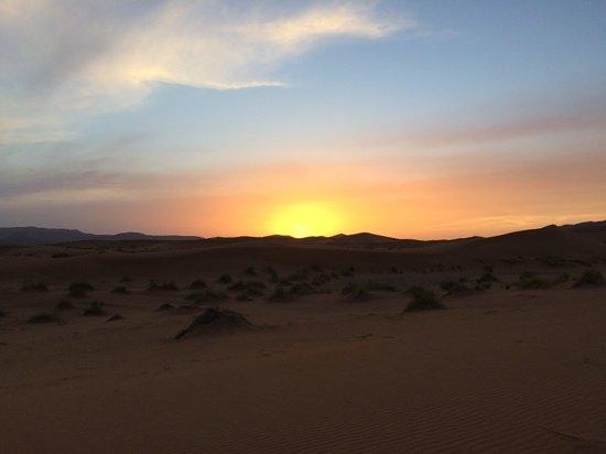 Auberge Hotel Porte De Sahara Ouzina : Coucher de soleil sur les dunes