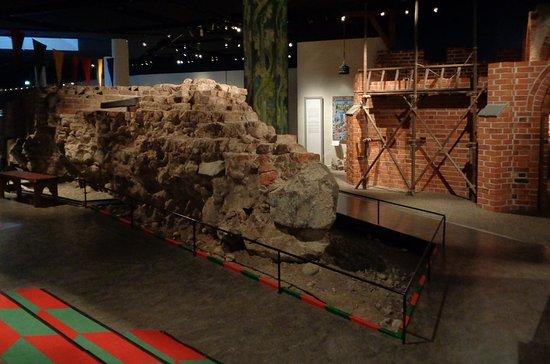 Stockholms medeltidsmuseum (Stockholmer Mittelaltermuseum): The city wall inside the Medieval Museum