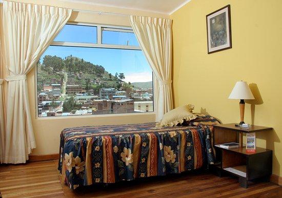 Hotel Gloria Copacabana: Habitación con vista al pueblo