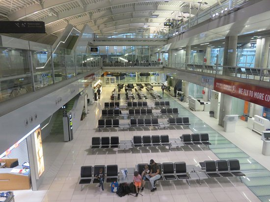Caffe Lindo: View of airport from seating area