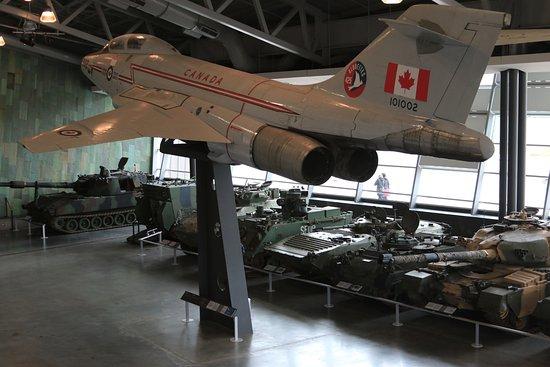 ออตตาวา, แคนาดา: Air & armor displayed indoors