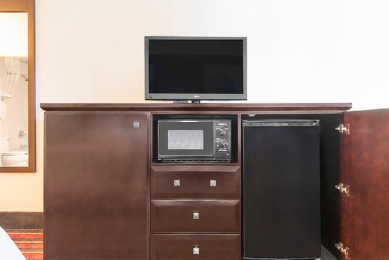 Super 8 Temple: all rooms have flat screen TVs, microwave and mini fridge!