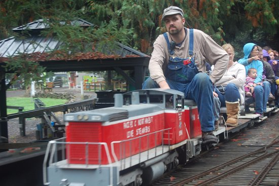 Molalla Train Park: train full of passengers of all ages