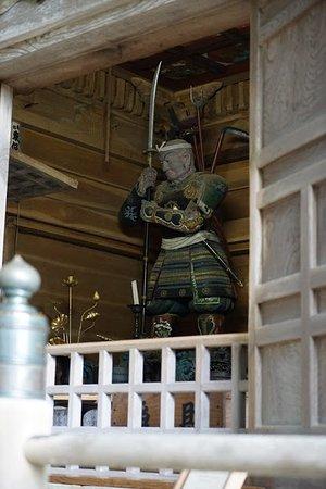 Chuson-ji Temple: 中尊寺境内にある弁慶堂には仁王立ちの弁慶に会うことができます