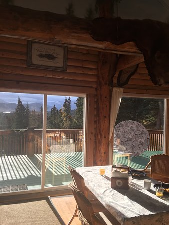 Denali Faith Hill Lodge : Where we had breakfast. Deck outside with nice view.