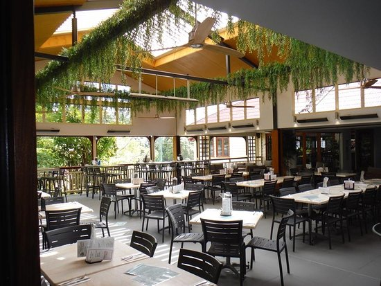 Palmwoods, Australia: Our outdoor dining area has an opening louvre roof to let the sunshine in