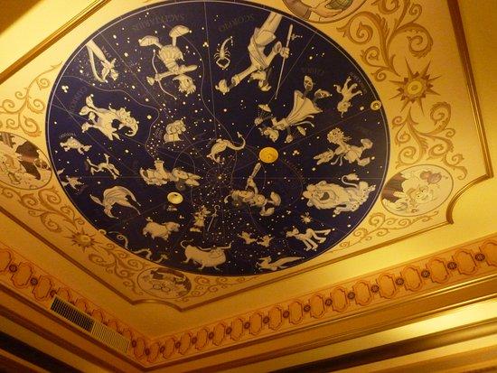 Tokyo DisneySea Hotel MiraCosta: 部屋の天井画 さすがに光りはしません。