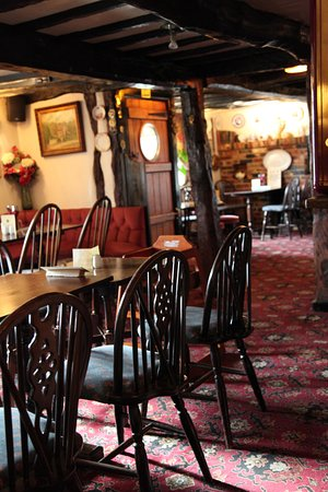 Little Marlow, UK: The Crooked Billet seating.
