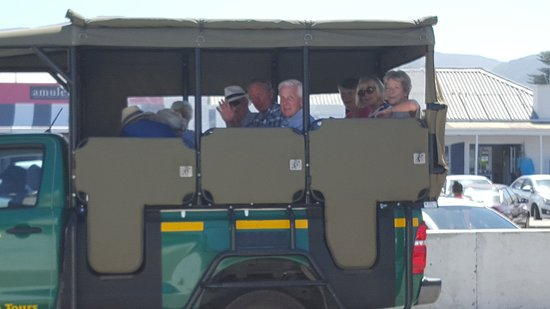 Hermanus, África do Sul: Guests on their way to the valley...enjoy the wine and awesome views