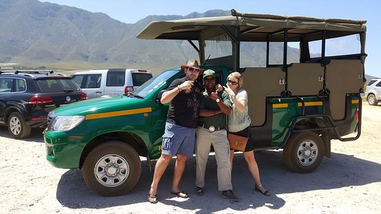 Hermanus, África do Sul: Lunga posing with happy guests