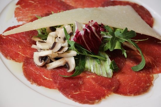Mille Miglia Ristorante & Enoteca: Thinly sliced marinated beef fillet served with fresh champignon salad, rucola and shavings of P
