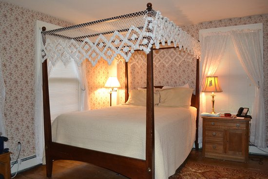 Quechee, VT: Room at corner of hotel with 4 poster bed