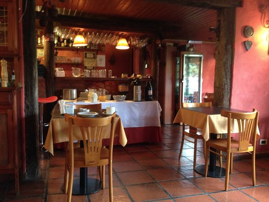 Hosteria Kau Kaleshen: Breakfast in the dining room (restaurant is closed in the morning)