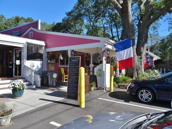 PB Boulangerie Bistro: Hard to miss the flags!