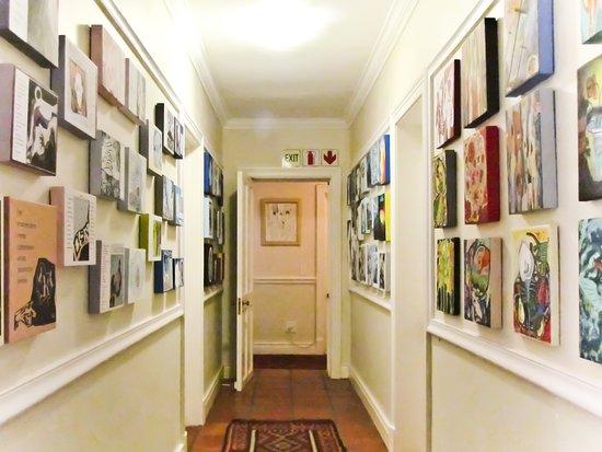 Caledon Villa: Ode Krige art wall in Huis Otti.