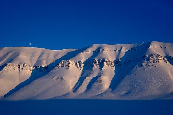 Svalbard Hotel: Photo: Terje Bjørnsen, Tempelfjorden, snowmobile safari, view, mountain