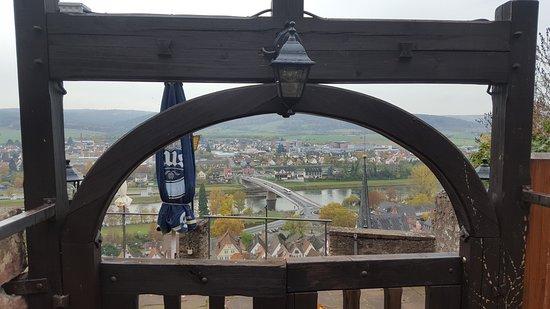 Gaststatte Burgterrasse Auf Der Burg Clingenburg: Nach den Stufen ein schöner Ausblick. Restaurant leider geschlossen.