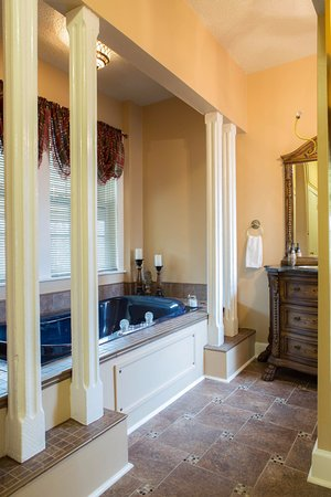 Muskogee, OK: Honeymoon Suite - en suite bath with over-sized jetted tub for two and a free standing shower.
