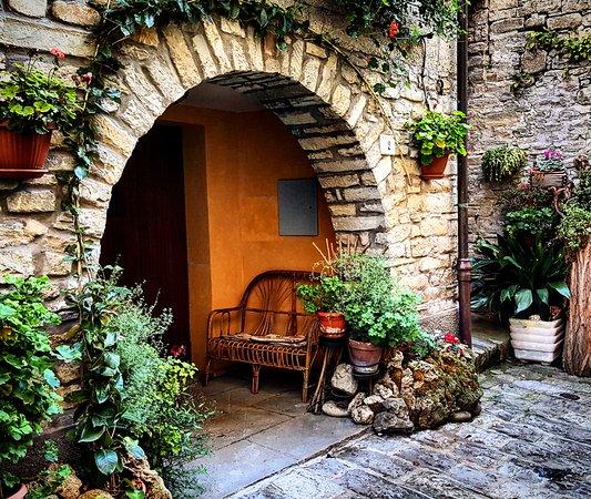 Portico di Romagna, Italien: Passeggiando per il borgo medievale