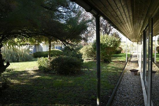 Champniers, Франция: Vue de la chambre sur le jardin intérieur