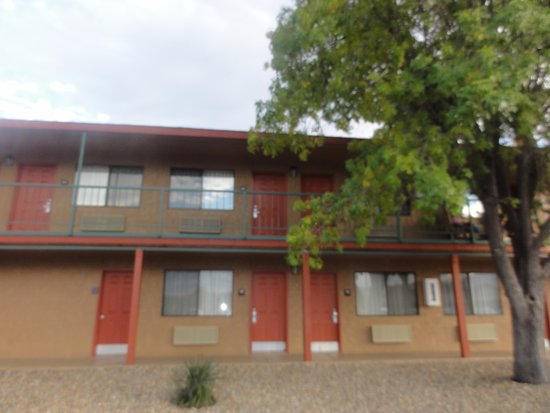 Cottonwood, AZ: Hotel room doors from parking lot