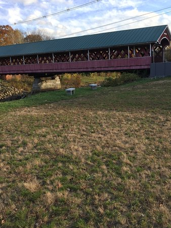 West Swanzey, Nueva Hampshire: view of bridge from parking area